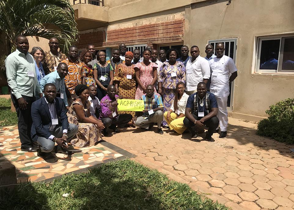 Josette Castel, Maman Joyce Dogba, Johanne Ouedraogo et les participants d'un atelier de formation - Koudougou